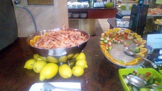 Servigroup La Zenia: Langostinos cocidos y salpicón de marisco.