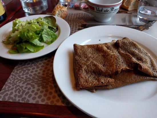 La Richardais, Francia: Galette de queso y ensalada