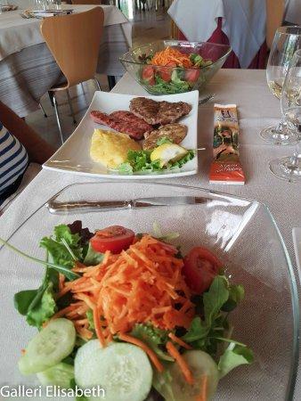 Preganziol, Italy: Sallad och grillat till middag