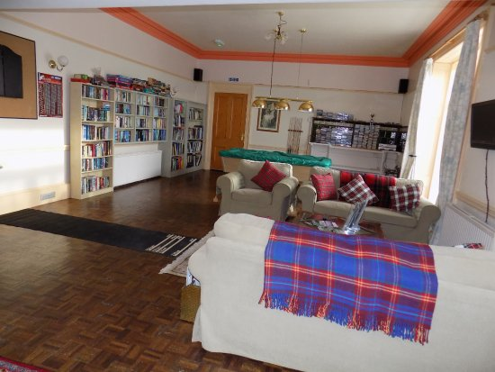 Whithorn, UK: Guest lounge with pool table, TV and dart board