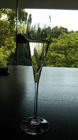 Iyo-gun, Japón: カウンターでシャンパンを