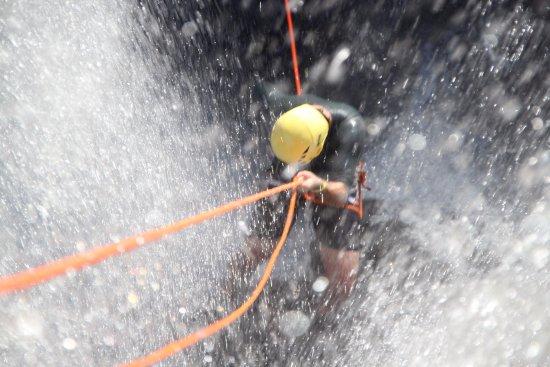 Brotas, SP: Cachoeira de 25 metros de altura, vista linda e banho de água fria