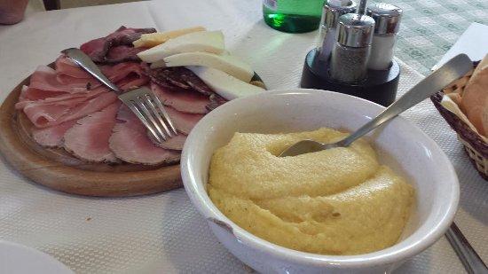 Tambre, Italy: tagliere di salumi e formaggi con polenta