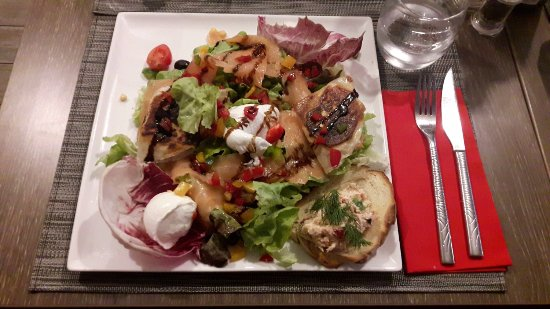 Lieusaint, Frankrijk: Pour donner un ordre d'idée, l'assiette fait 2 fois la taille de ma grande main en longeur/large