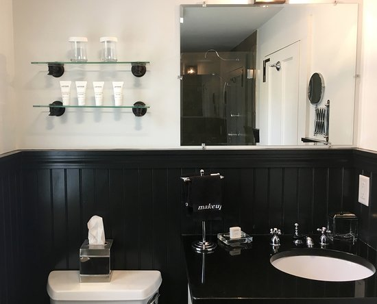 West Harwich, MA: Deluxe bathroom at this Cape Cod Luxury Inn