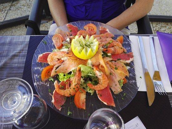 La Faute sur Mer, Франция: La terrasse, salade au saumon et crevettes