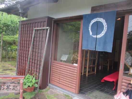 Hayama-machi, Japan: 池の脇の茶室