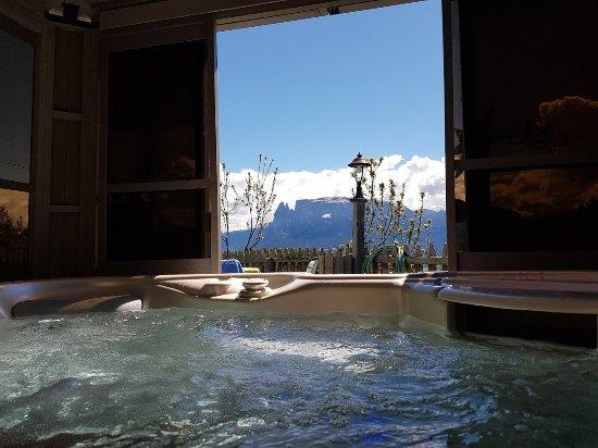 Renon, Italy: Jakuzzi with mountain view