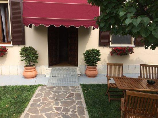 San Giorgio di Mantova, Italie : Ingresso con pedana di accesso per disabili