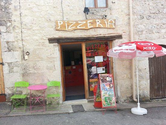 Hautefage-la-Tour, France : Pizzéria de la tour au coeur du village