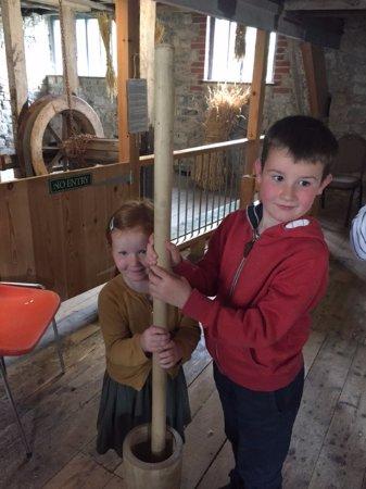 Лайм-Реджис, UK: The Grandkids making flour....