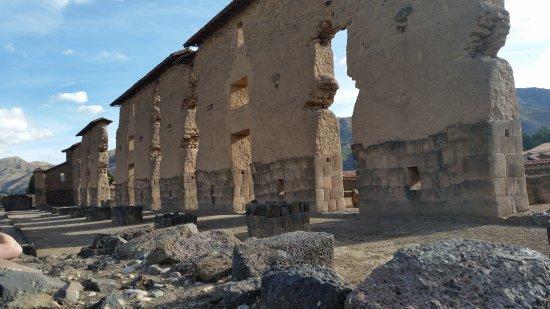 Regione di Cusco, Perù: De hoge muur ±90 meter lengte en ±25 meter hoog