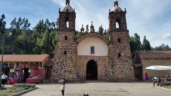 Cusco Region, Peru: Kerkje op het dorpsplein