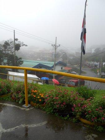 Santa Elena, Costa Rica: vista al centro de la ciudad desde la entrada al Ranario