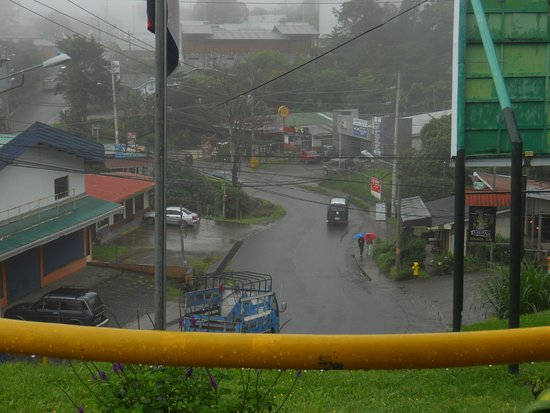 Santa Elena, Costa Rica: vista al centro de la ciudad bajo la lluvia