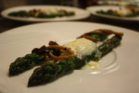 Cape May Point, Nueva Jersey: Grilled asparagus with a 63 degree organic egg