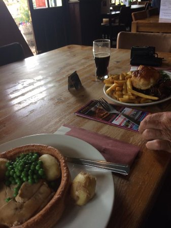 Fordingbridge, UK: Turkey in Yorkshire and steak and ale pie
