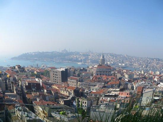 The Marmara Pera Hotel: Une vue depuis le haut de l'hôtel, à côté du bar et de la piscine