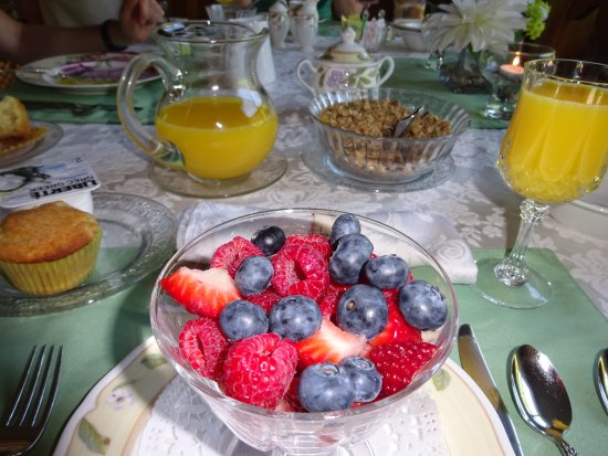 Antigonish, Canadá: Lots of fresh fruit at breakfast