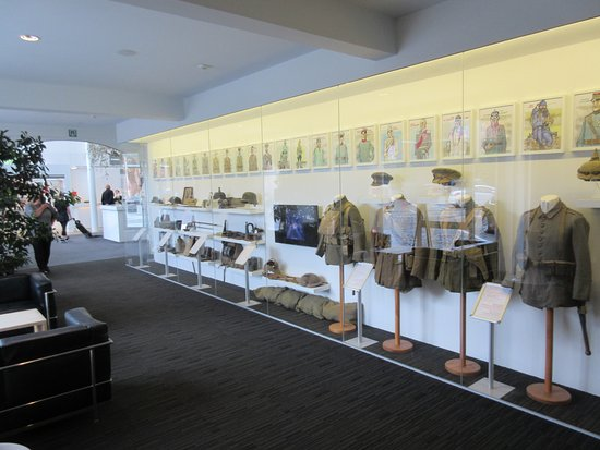 Hotel Ariane: Fantastic displays of WW1 items in foyer and up staircase