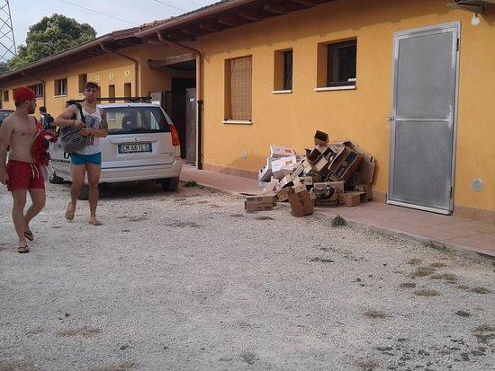 Fiano Romano, Italien: Rifiuti vicino entrata principale