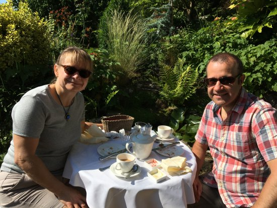 Winchelsea, UK: Breakfast outside the garden room