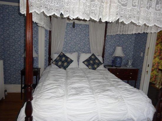 "Charlotte's Rose Inn: My ""Princess"" Bed"