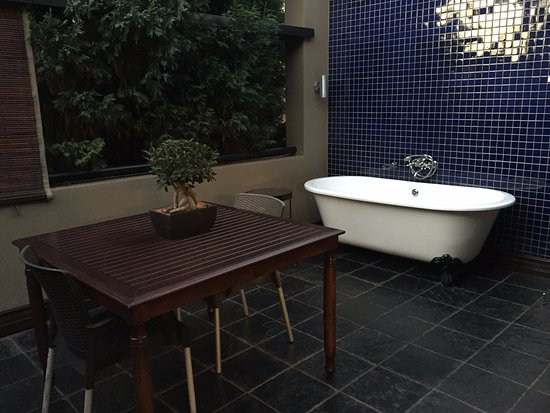 The Residence Boutique Hotel: Outdoor bathtub