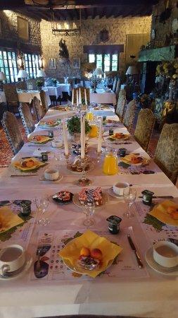 Vieux-Mareuil, France: Petit déjeuner aux chandelles....