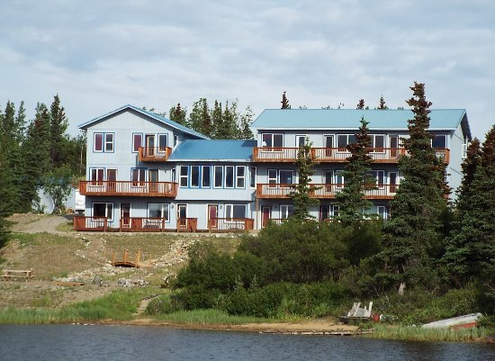 Denali Lakeview Inn: View from the trail that follows the lakeside