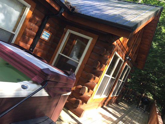 Rogers, เคนตั๊กกี้: Cliffhanger Cabin: back deck with hot tub