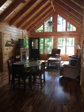 Rogers, เคนตั๊กกี้: Cliffhanger Cabin: Living room from front door
