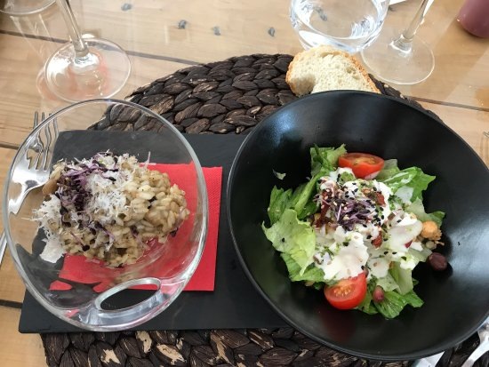 Provincia di Huesca, Spagna: Éventail de porc et son risotto de blé, salade d'entrée du menu à 16€90