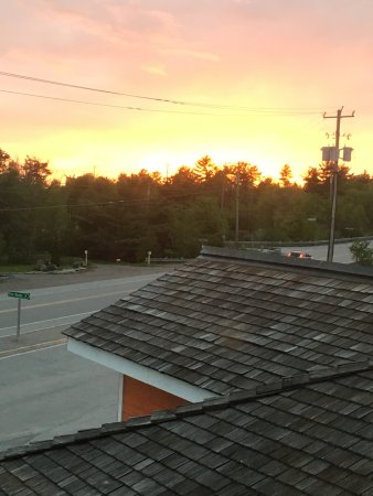 Burleigh Falls, Canadá: Sunset was beautiful from the room