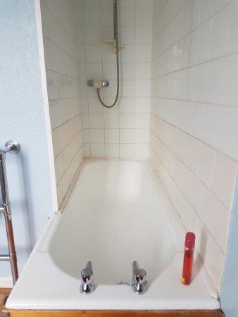 Moseley Farm B&B: Bath stuck in a corner behind a wall.