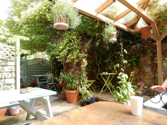 Rainbows End Cafe : Courtyard seating