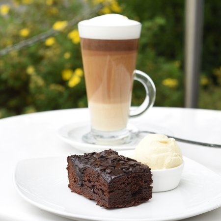 Renmore, Ireland: Its not all about salads...Organic coffees and Fudge brownies! nom