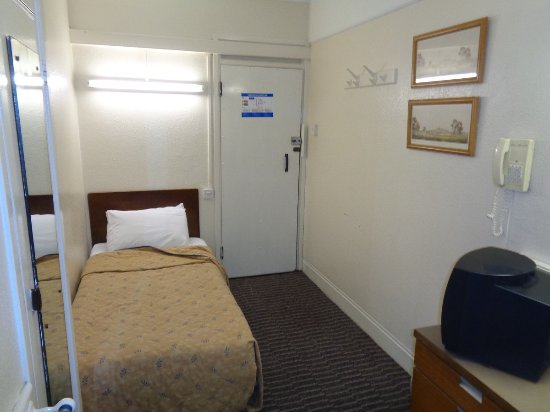The County Hotel: Rooms are clean but small and basic