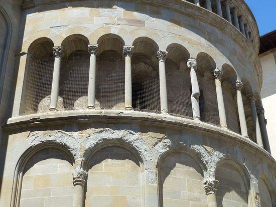 อาเรสโซ, อิตาลี: Columns on the apse of S M della Pieve