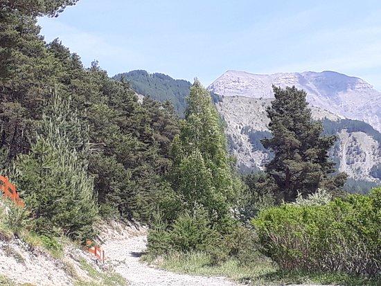 Seyne les Alpes, France: chemin à côté du terrain de jeux