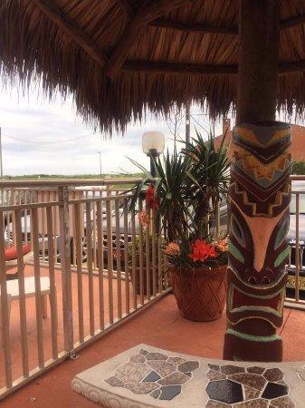 Waikiki Oceanfront Inn: Tiki seat