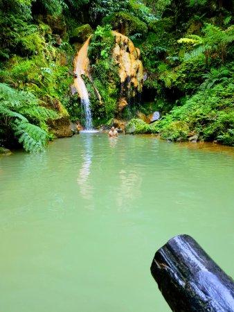 Ribeira Grande, Portugal: Sob a cascata estão 28 ºC e terá uma massagem grátis!