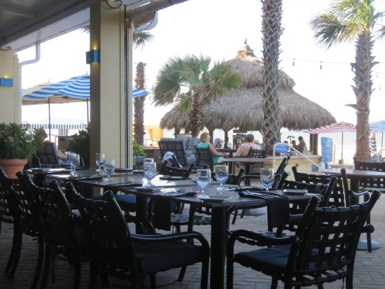 The Shores Resort & Spa: Patio dining room and oceanside tiki bar