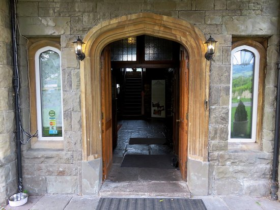 Llangattock, UK: The very grand entrance to this country hotel (22/Jun/17).