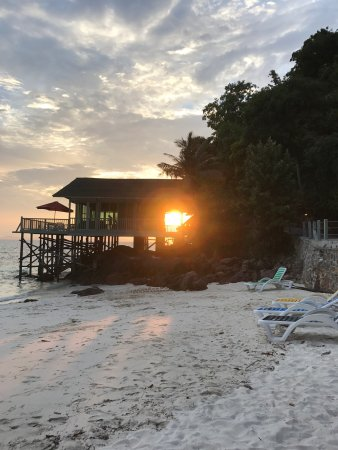 Pulau Rawa, Malaysia: Sandy beach & beautiful flowers & sunset