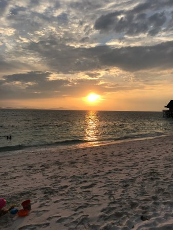 Pulau Rawa, Maleisië: Sandy beach & beautiful flowers & sunset