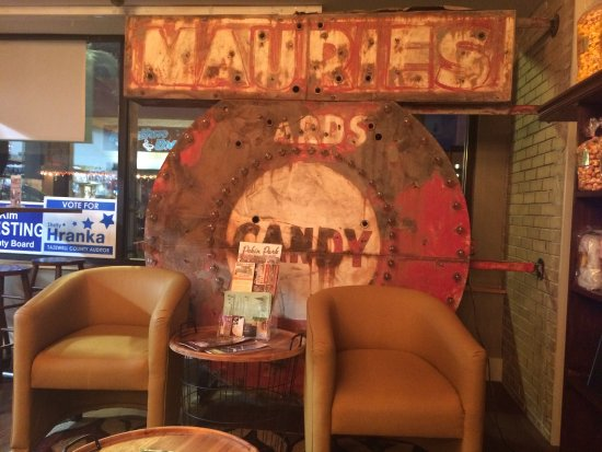 Pekin, IL: Comfy seating area at Maurie's
