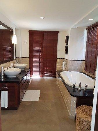 Kanda Residences: master bathroom