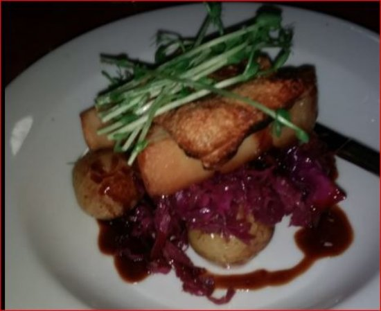 Kingsley, Australia: Pork Belly, lovely red cabbage, potatoes and jus.