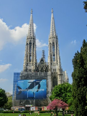 Votivkirche: Beat stained glass in vienna